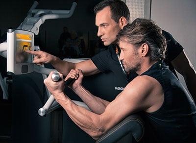 Mann-trainiert-im-eGym-Zirkel-400x292px