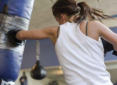 Frau boxt am Sandsack
