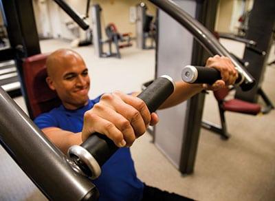 Mann trainiert an der brustpresse