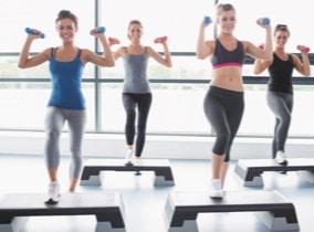 Kurse auf dem Step trainieren Beine und Po