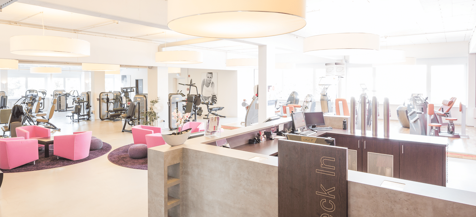 Fitness-Loft Woman Freiburg an der Rezeption