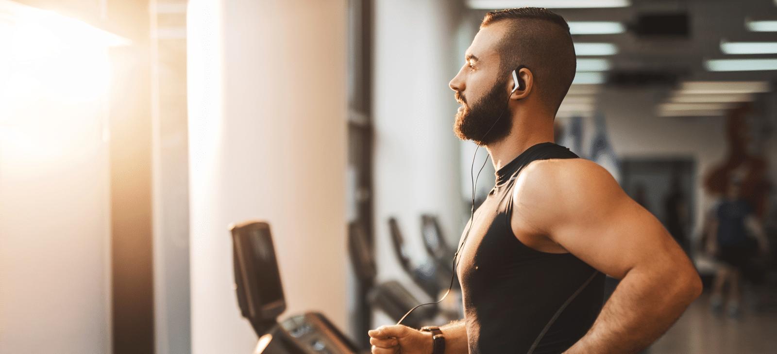 Mann mit Muskeln auf dem Laufband