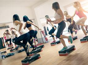 Frauen-trainieren-auf-dem-Stepper-284x210px
