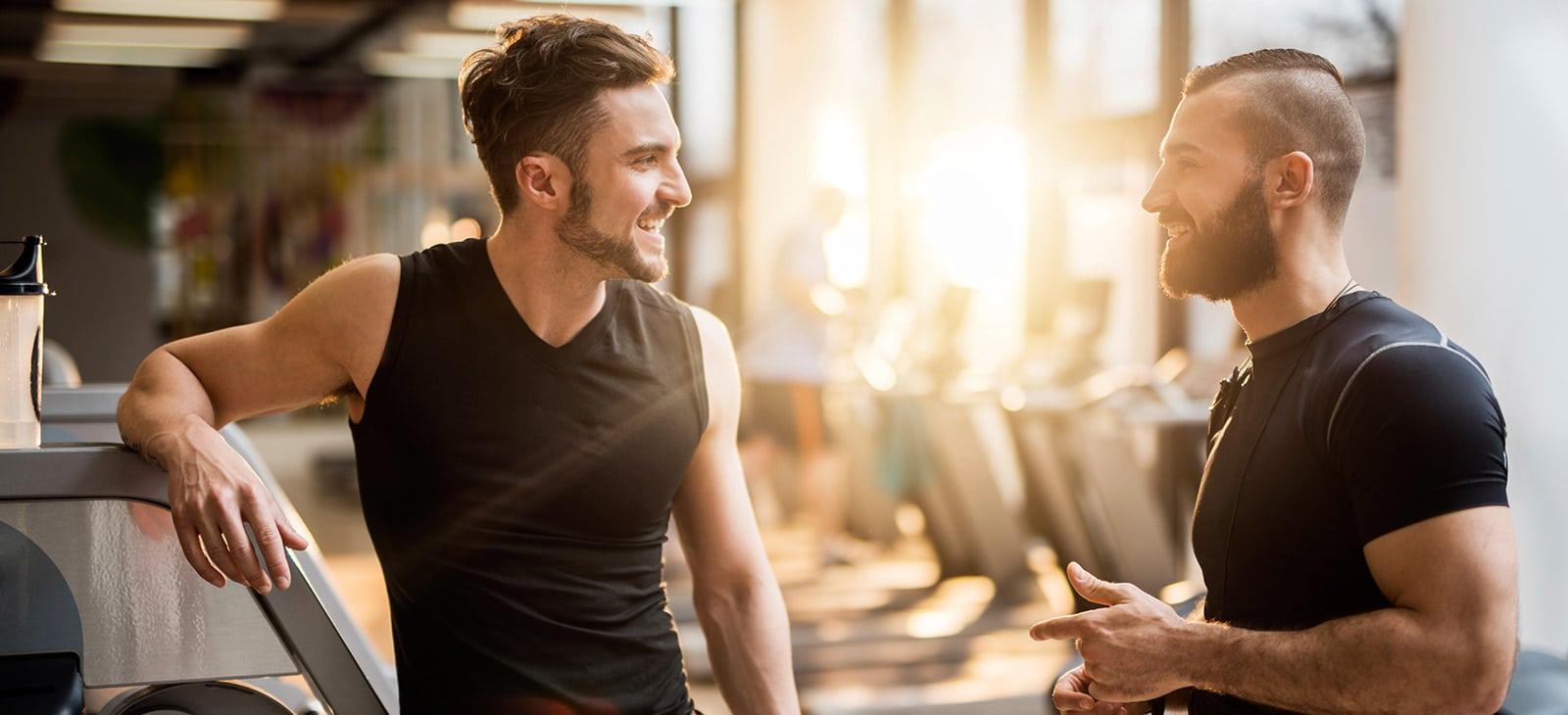 Freunde unterhalten sich im Fitnessstudio