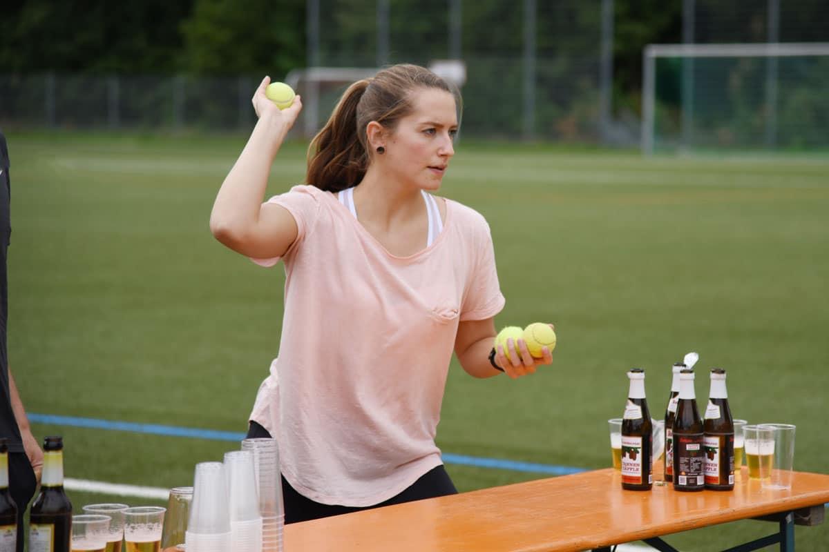 Frau-wirft-Tennis-Ball-1200x800px
