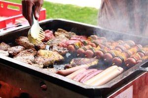 Fleisch und vegetarische Spieße auf dem Grill