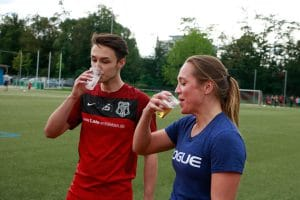 Eine Frau und ein Mann trinken ein Bier