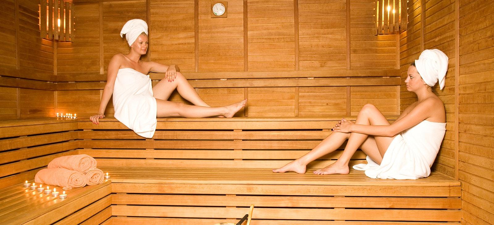 Frauen entspannen in der Sauna