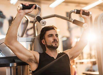Mann trainiert an der Schulterpresse