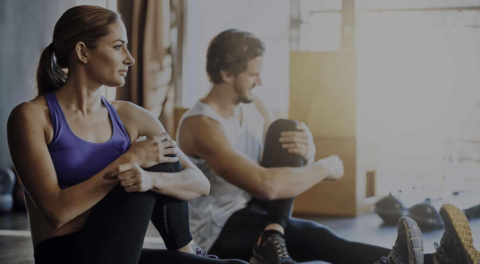 Im Fitnessstudio die Muskeln nach dem Training dehnen und stretchen