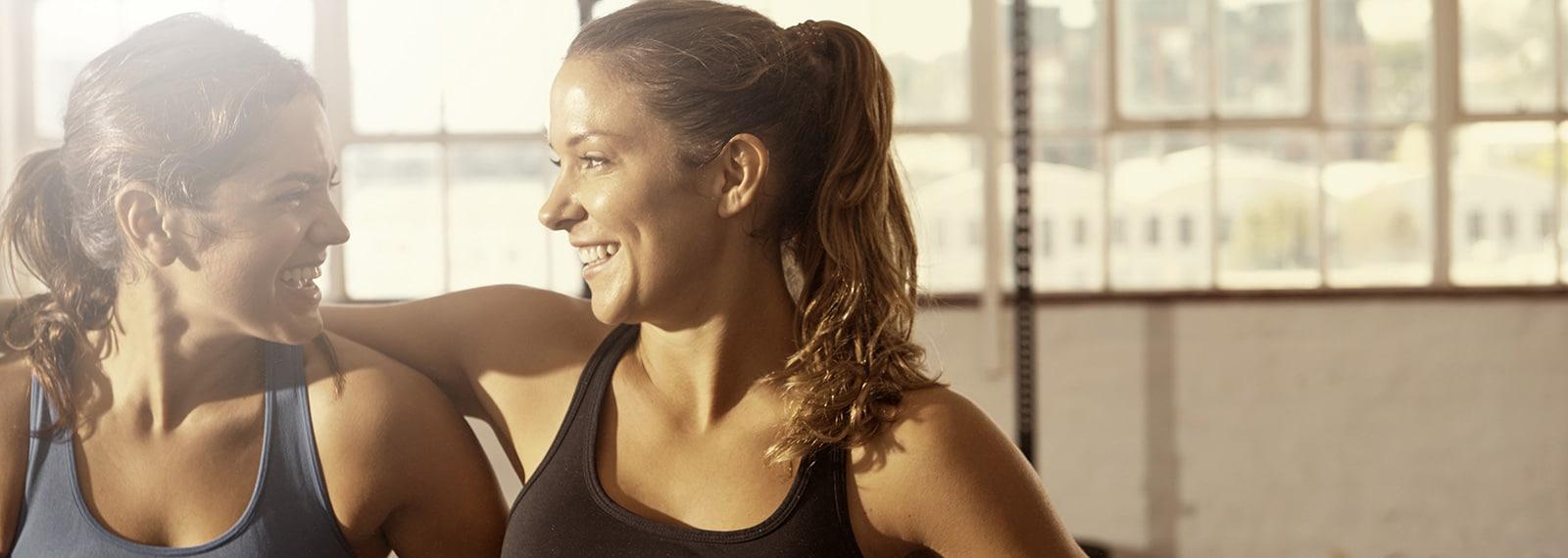 Freundinnen-trainieren-im-Fitness-Loft-Woman