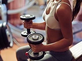 Frau-trainiert-mit-freien-Gewichten