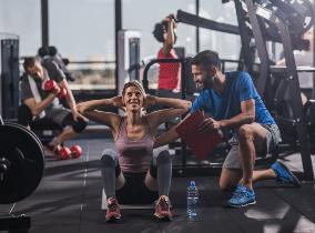 Training-betreut-Mitglied-im-Fitness-Loft