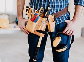 Hausmeister mit Werkzeuggürtel