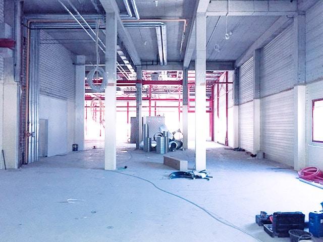 Der Boden wird im neuen Fitness-Loft Lörrach aufwendig aufgearbeitet