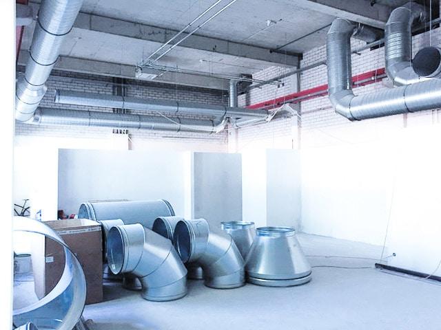 Für gute Luft im Fitness-Studio werden große Lüftungsrohre eingebaut
