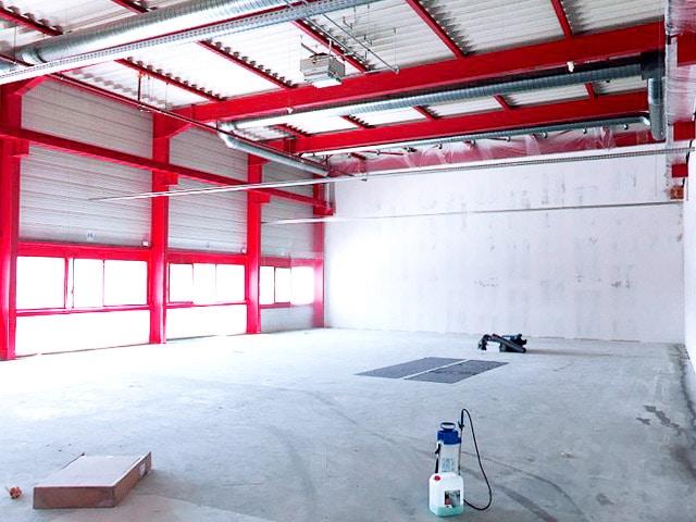 Im zukünftigen Raum für Fitnesskurse wird der Boden vorbereitet