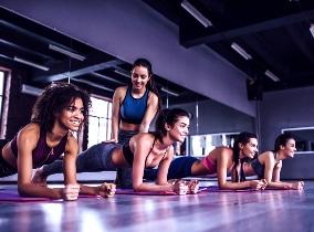 Mitglieder-beim-Pilateskurs-im-Fitness-Loft