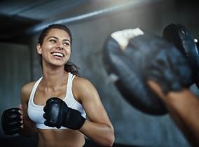Frau beim Fitness Boxen