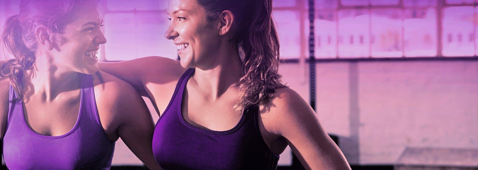 Freundinnen trainieren gemeinsam im Fitness-Loft