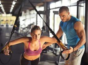 Frau trainiert mit ihrem eigenen Körpergewicht im Fuctional Bereich