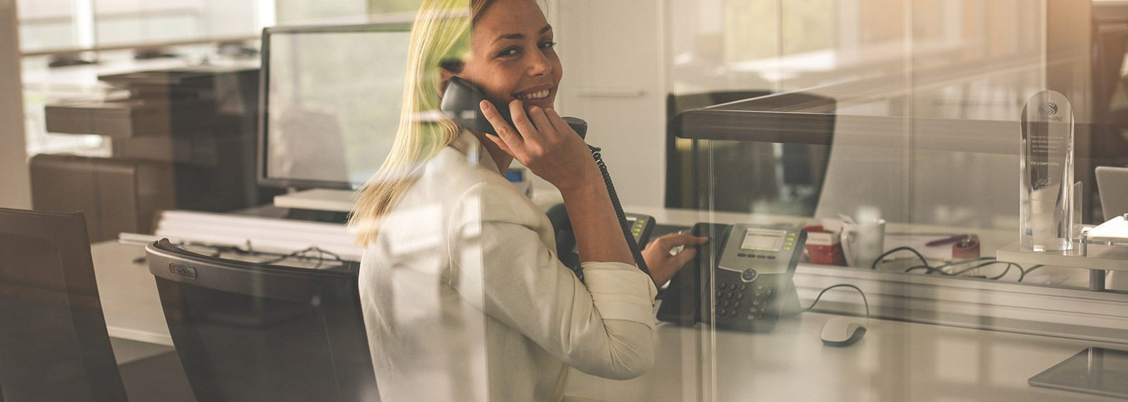 Junge Frau beantwortet telefonische Anfragen
