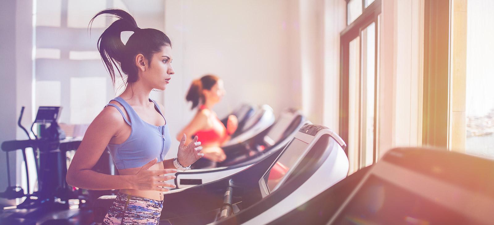 Frauen auf dem Laufband im Fitness-Loft