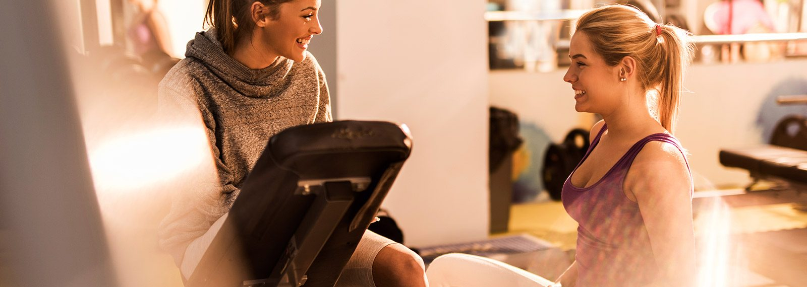 Freundinnen im Fitnessstudio plaudern