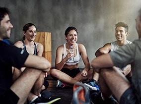 junge Ba Studenten im Fitness-Loft während einer internen Fortbildung