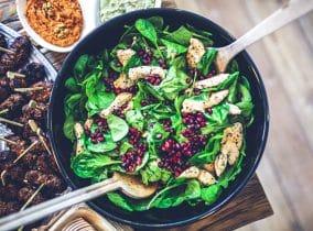 Gesunder Salat als Mittagessen