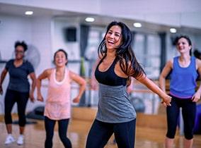 Junge Frau tanzt im Zumba