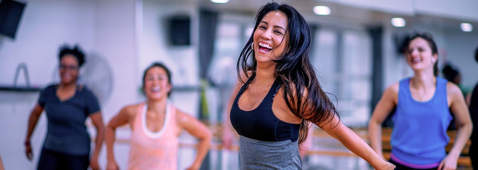 Glückliche junge Frau im Fitnesskurs