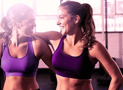 Mit der besten Freundin im Fitnessstudio trainieren
