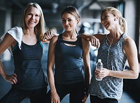 Freundinnen beim Fitnesstraining im Fitness-Loft Woman