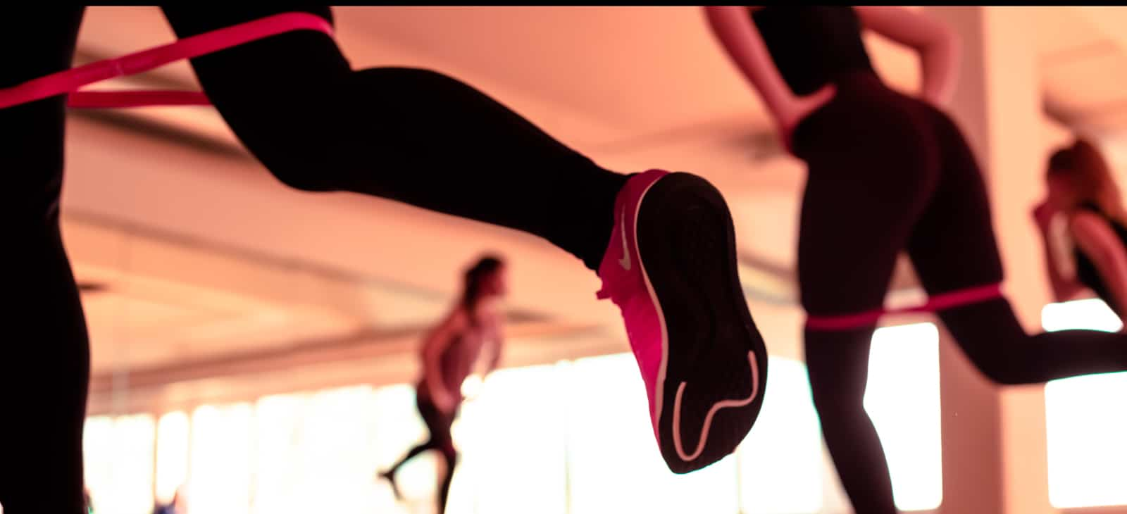 Beine von Frauen während eines Fitnesskurses