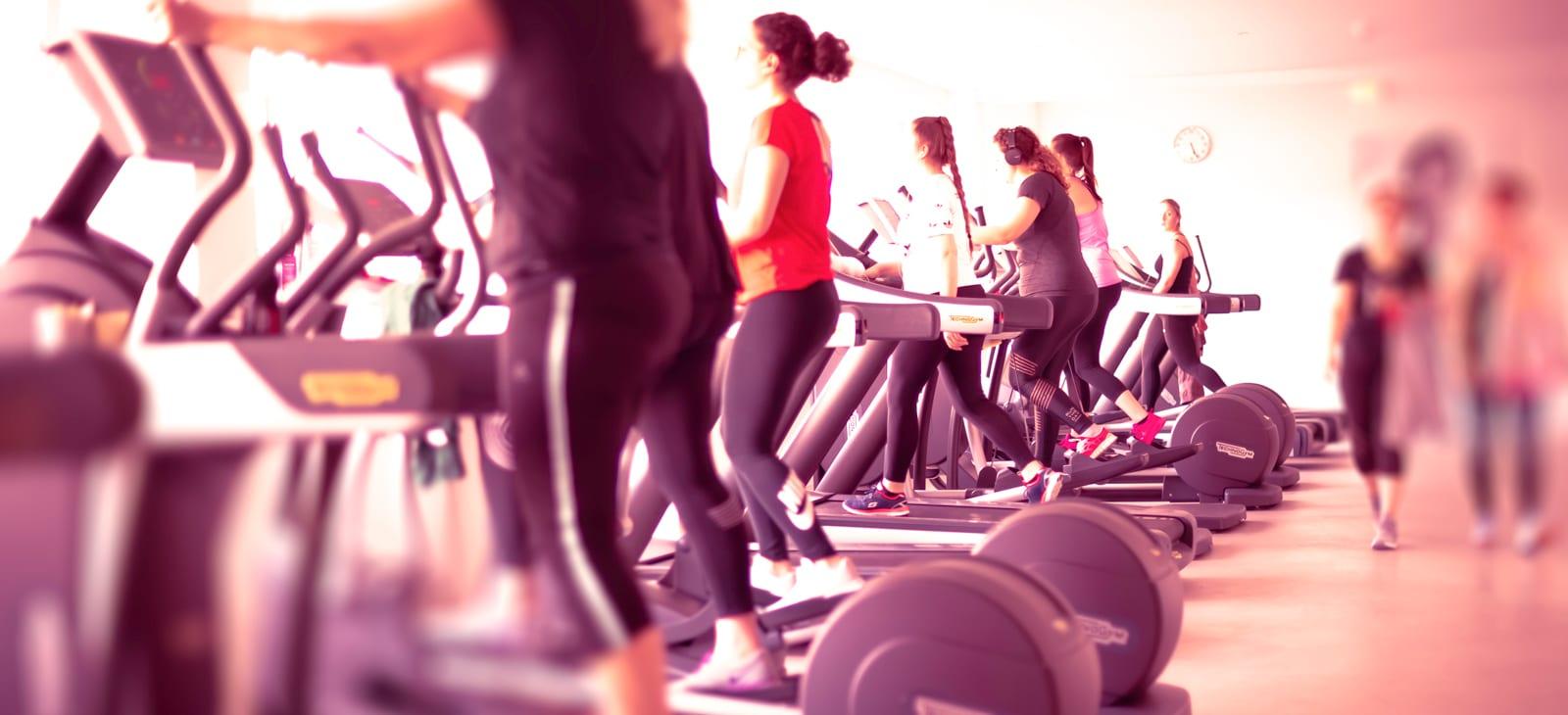 Mehrere Frauen beim Trainieren im Fitnessstudio