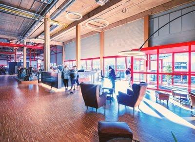 Die Rezeption und der Lounge Bereich im Fitness-Loft Loerrach