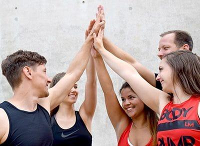 Fitness Team gibt sich High Five