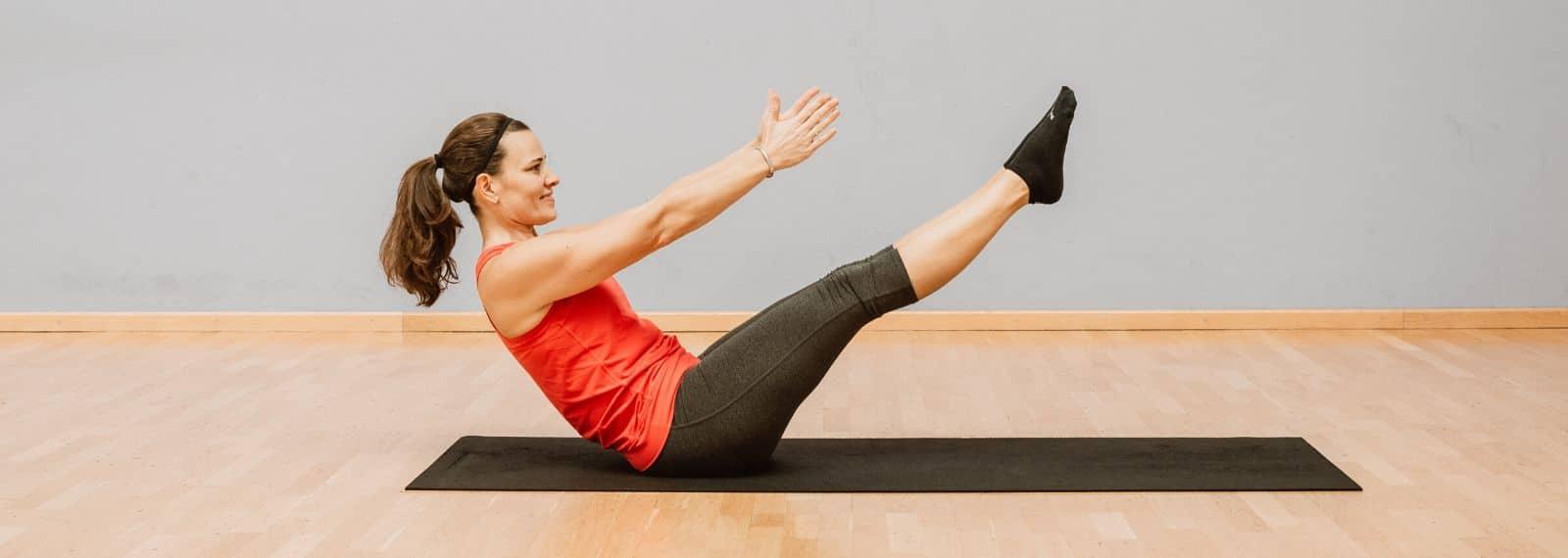 Kursleiterin Jana aus dem Fitness-Loft Denzlingen bei einer Pilates-Übung