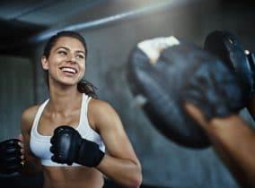 Frau beim Boxen