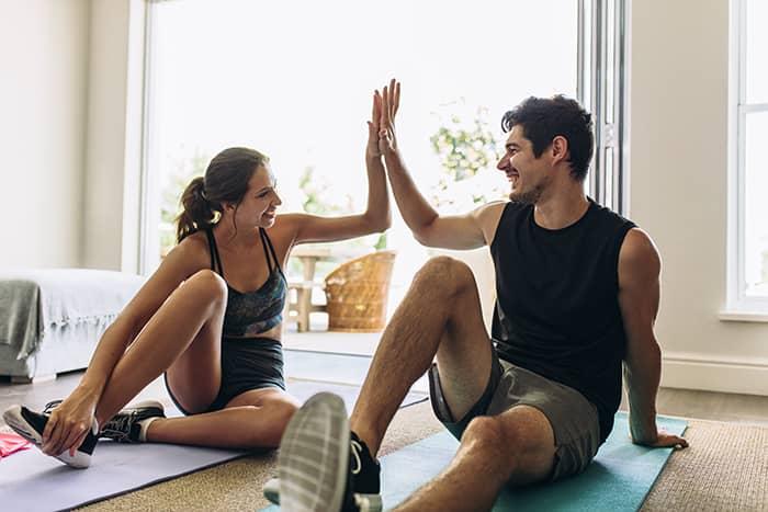 Junges paar macht ein online workout zu Hause