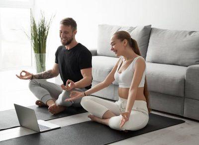 Junges Paar macht zu Hause ein online Workout
