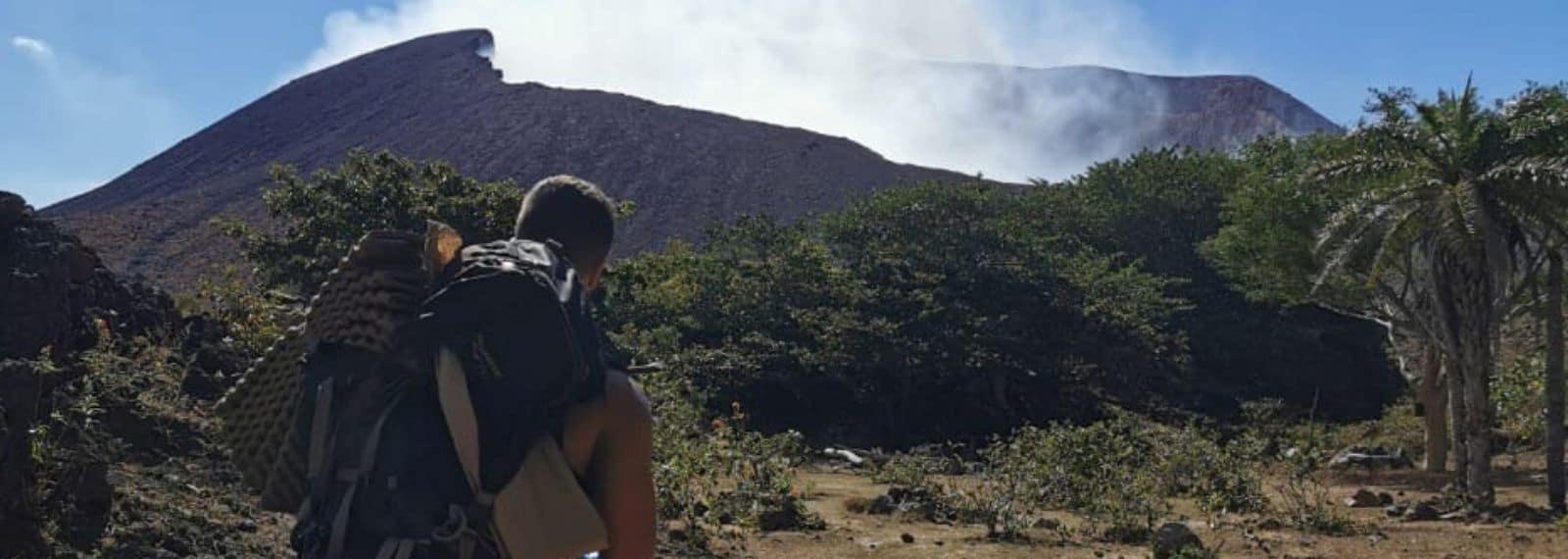 Michl aus dem Fitness-Loft vor einem Vulkan auf seiner Reise