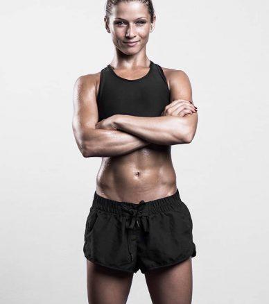 Junge Frau mit trainierten Sixpack Bauch