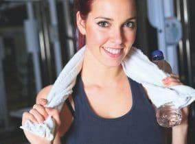 Junge Frau beim Training mit Handtuch