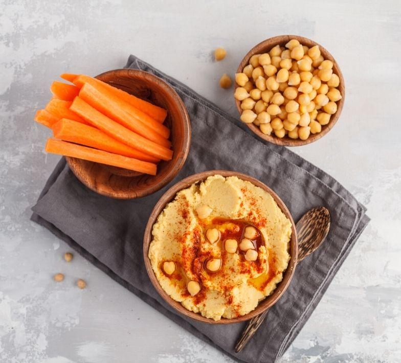 Gesunder Snack Gemüsesticks mit Hummus gegen Heißhunger