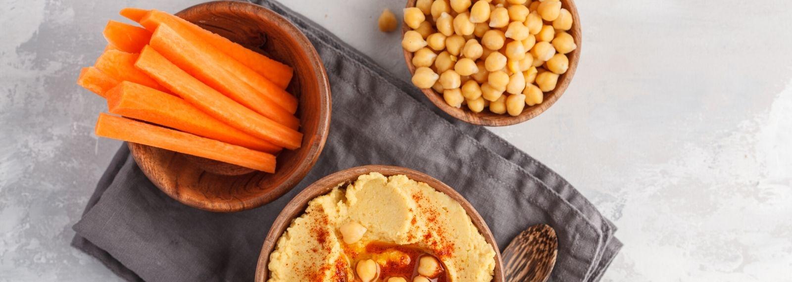 Karotten mit Hummus gesunder Snack