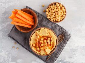 Snack Gemüsesticks mit Hummus gegen Heißhunger