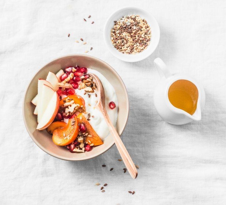 Snack Joghurt mit Obst und Leinsamen gegen Heißhunger
