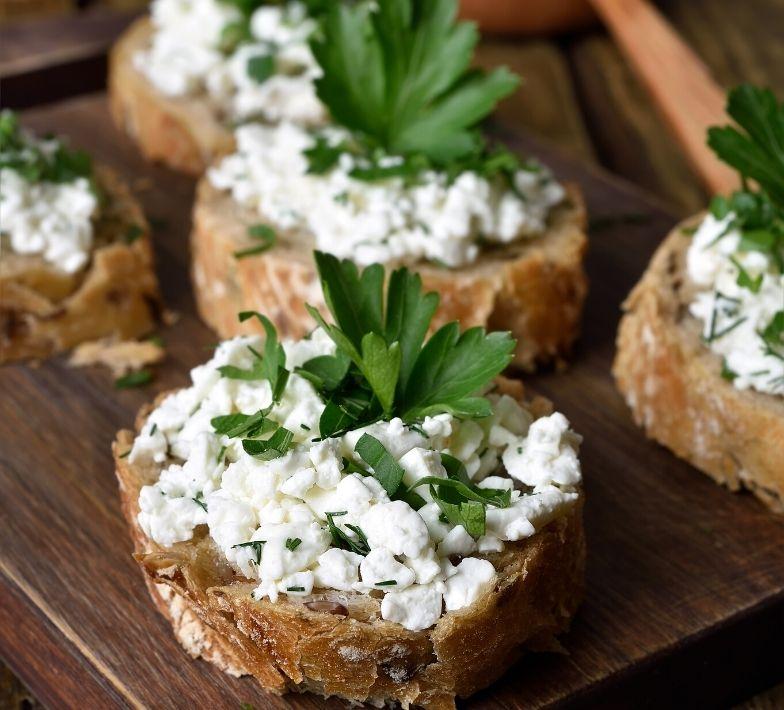 Snack Vollkornbrot mit Quark gegen Heißhunger